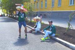 Fanáticos del fútbol mexicanos en las calles del Samara fotos de archivo libres de regalías