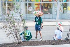 Fanáticos del fútbol mexicanos en las calles del Samara durante el mundial 2018 del fútbol imagen de archivo