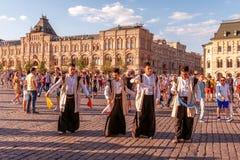 Fanáticos del fútbol del mundial 2018 de la danza de Irán en la Plaza Roja foto de archivo libre de regalías