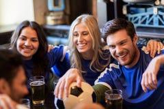 Fanáticos del fútbol o amigos con la cerveza en la barra de deporte Fotografía de archivo