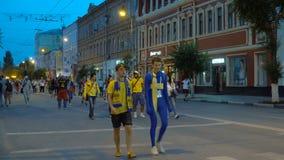 Fanáticos del fútbol que celebran la victoria almacen de video