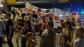Fanáticos del fútbol que celebran la victoria almacen de metraje de vídeo