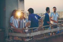 Fanáticos del fútbol que cuelgan hacia fuera antes del juego fotografía de archivo libre de regalías