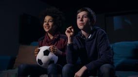 Fanáticos del fútbol que esperan meta durante partido final metrajes