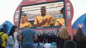 Fanáticos del fútbol que miran el juego almacen de metraje de vídeo