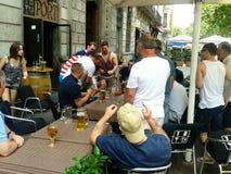 fanáticos del fútbol que se divierten en la terraza de un pub en la Barcelona fotografía de archivo