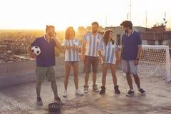 Fanáticos del fútbol que se divierten imagenes de archivo