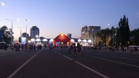 Fanáticos del fútbol que vienen en a la zona del Fest del fan del funcionario Fifa
