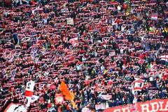 Fanáticos del fútbol rumanos en un estadio Imagen de archivo libre de regalías