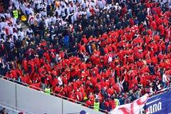 Fanáticos del fútbol rumanos en un estadio Imagenes de archivo