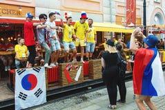 Fanáticos del fútbol suecos, coreanos y rusos en la calle de Bolshaya Pokrovskaya en un centro de Nizhny Novgorod Fotografía de archivo