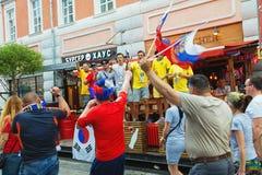 Fanáticos del fútbol suecos, coreanos y rusos en la calle de Bolshaya Pokrovskaya en un centro de Nizhny Novgorod Imagenes de archivo
