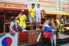 Fanáticos del fútbol suecos, coreanos y rusos en la calle de Bolshaya Pokrovskaya en un centro de Nizhny Novgorod Imagen de archivo libre de regalías