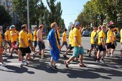 Fanáticos del fútbol suecos que recorren en la calle Imagen de archivo