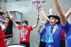 Fanáticos del fútbol tailandeses no identificados en la acción Foto de archivo
