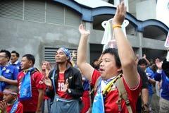 Fanáticos del fútbol tailandeses no identificados en la acción Fotos de archivo libres de regalías