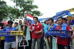 Fanáticos del fútbol tailandeses no identificados en la acción Imagenes de archivo