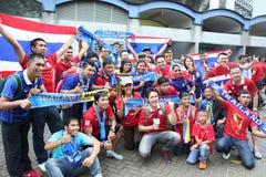 Fanáticos del fútbol tailandeses no identificados en la acción Imagen de archivo