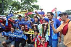 Fanáticos del fútbol tailandeses no identificados en la acción Fotos de archivo