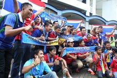Fanáticos del fútbol tailandeses no identificados en la acción Imagen de archivo libre de regalías