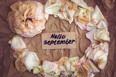 Fané se sont levés, les pétales de rose fanés et notent qui indique le ` de septembre de ` bonjour Image stock