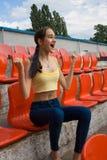 Fan adolescente del partidario de la muchacha en el juego del estadio Imagenes de archivo