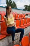 Fan adolescente del partidario de la muchacha en el juego del estadio Fotos de archivo