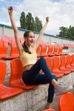 Fan adolescente del partidario de la muchacha en el juego del estadio Foto de archivo libre de regalías