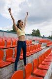Fan adolescente del partidario de la muchacha en el juego del estadio Foto de archivo