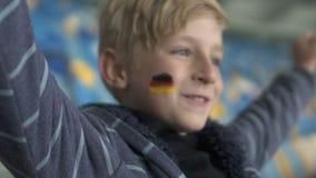 Fan alemán que grita después de la meta, campeonato de observación del fútbol en el estadio, feliz almacen de metraje de vídeo