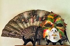 Fan antigua y máscara veneciana fotos de archivo libres de regalías