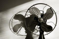 Fan antique avec la lumière coulant par les abat-jour de fenêtre Image libre de droits