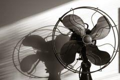 Fan antique avec la lumière coulant par les abat-jour de fenêtre Photo libre de droits