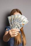 Fan av 100 dollarsedlar i kvinnahänder Royaltyfri Bild