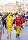 Fan belgi di calcio sulla via di Mosca Coppa del Mondo 2018 la gente che indossa i vestiti variopinti fotografia stock