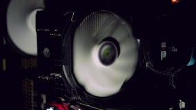 Fan blanche d'ordinateur refroidissant l'ordinateur poussiéreux foncé Débuts de refroidisseur de PC clips vidéos