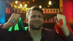 Fan caucásico con la bandera italiana descontentado sobre derrota nacional del equipo de deportes metrajes