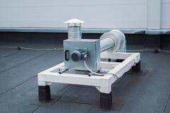 Fan centrifuge grise avec la canalisation sur l'ot de toit il mail Images libres de droits