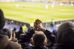 fan che applaude le loro mani allo stadio fotografie stock libere da diritti