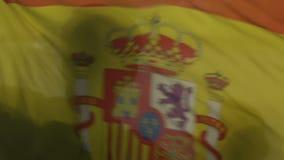 Fan che ondeggiano bandiera spagnola durante la partita di calcio sullo stadio, incoraggiante per il gruppo archivi video