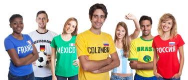 Fan colombiano de risa con el grupo que anima de otras fans foto de archivo