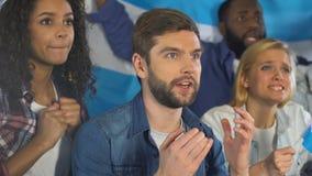Fan con la bandiera argentina che sostiene il gruppo di sport nazionale nella barra, campionato archivi video