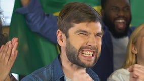 Fan con la bandiera brasiliana che incoraggia per la vittoria della squadra nazionale, campionato archivi video