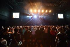 Fan czekają zespołów rockowych występów nocy snajperów Obraz Royalty Free