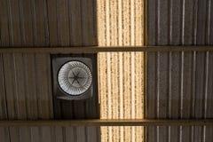 Fan d'aération sur le dessus de toit avec le style ancien traditionnel image libre de droits