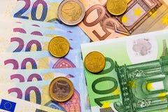 Fan d'euro billets de banque de différentes pièces de monnaie de valeur et d'euro Photos libres de droits