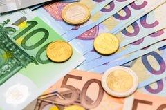 Fan d'euro billets de banque de différentes pièces de monnaie de valeur et d'euro Images stock