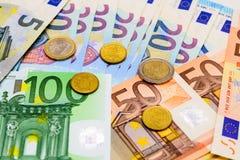 Fan d'euro billets de banque de différentes pièces de monnaie de valeur et d'euro Photographie stock