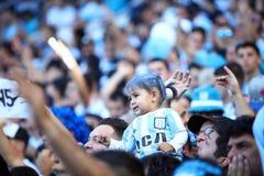 Fan de bébé du football emballant le club images libres de droits