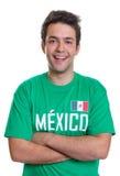 Fan de deportes mexicano de risa con los brazos cruzados Fotografía de archivo